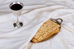 matzot, czerwonego wina i srebra naczynie, zdjęcie stock