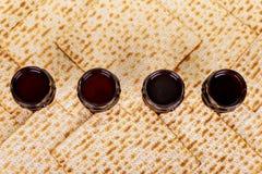Matzot cztery szkła czerwone wino symbole Passover zdjęcie stock