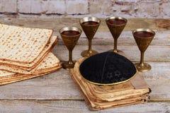 Matzot cztery szkła czerwone wino symbole Passover zdjęcia royalty free