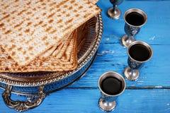 Matzot i cztery szkła czerwonego wina symbolu Passover fotografia royalty free