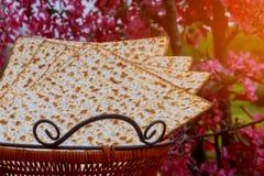Matzot judío del passover del día de fiesta con el seder en la placa en cierre de la tabla para arriba imagen de archivo