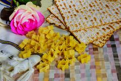 Matzot judío del passover del día de fiesta con el seder en la placa en cierre de la tabla para arriba fotografía de archivo libre de regalías