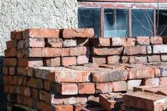 Mauerziegel des roten Lehms gestapelt auf Paletten für Lieferung Lizenzfreies Stockfoto