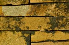 Mauerziegelwand mit Fleckhintergrund und -beschaffenheit Lizenzfreie Stockfotografie