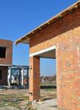 Mauerziegelwandhaus mit hölzernen Dachdachsparren und steife Isolierung ummauern thermische Brücke Stockbilder