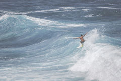 MAUI, ΓΕΙΑ - 10 ΜΑΡΤΊΟΥ 2015: Το επαγγελματικό surfer οδηγά έναν γιγαντιαίο wav Στοκ εικόνα με δικαίωμα ελεύθερης χρήσης