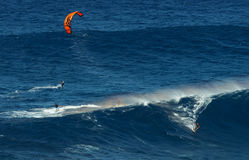 MAUI, ΧΑΒΑΗ, ΗΠΑ - 15 ΔΕΚΕΜΒΡΊΟΥ 2013: ο ικτίνος surfer οδηγά ένα β Στοκ Εικόνα