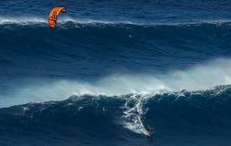 MAUI, ΧΑΒΑΗ, ΗΠΑ - 15 ΔΕΚΕΜΒΡΊΟΥ 2013: ο ικτίνος surfer οδηγά ένα β Στοκ Εικόνες
