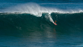 MAUI, ΧΑΒΑΗ, ΗΠΑ 10 ΔΕΚΕΜΒΡΊΟΥ 2014: Το άγνωστο surfer οδηγά το α Στοκ Φωτογραφίες