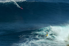 MAUI, ΧΑΒΑΗ, ΗΠΑ 10 ΔΕΚΕΜΒΡΊΟΥ 2014: Το άγνωστο surfer οδηγά το α Στοκ Εικόνες