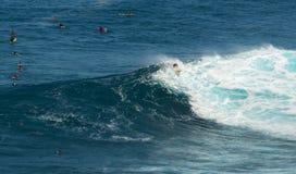 MAUI, ΧΑΒΑΗ, ΗΠΑ 10 ΔΕΚΕΜΒΡΊΟΥ 2014: Το άγνωστο surfer οδηγά το α Στοκ Εικόνα