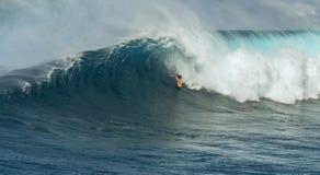 MAUI, ΧΑΒΑΗ, ΗΠΑ - 15 ΔΕΚΕΜΒΡΊΟΥ 2013: Το άγνωστο surfer οδηγά Στοκ Εικόνες