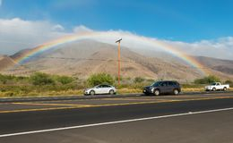 MAUI, ΧΑΒΑΗ, ΗΠΑ-18, 2014: ουράνιο τόξο εκτός από μια εθνική οδό Στοκ Φωτογραφία