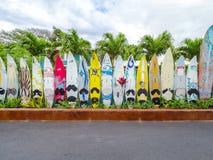 MAUI, -17 APRIL 2017 - Hoofdartikel: De kleurrijke surfplanken zijn gevoerd u Royalty-vrije Stock Afbeeldingen