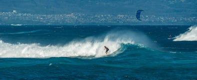 MAUI, HAWAI, U.S.A. - 10 DICEMBRE 2013: I surfisti stanno guidando le onde Immagine Stock Libera da Diritti