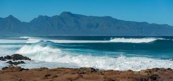 MAUI, HAWAI, U.S.A. - 10 DICEMBRE 2013: I surfisti stanno guidando le onde Fotografia Stock Libera da Diritti