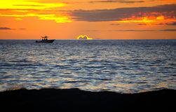 Maui Hawaii solnedgång med det satte fransar på moln och fartyget Royaltyfri Bild