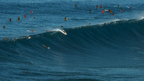 MAUI HAWAII, USA-DECEMBER 10, 2014: Den okända surfaren rider a Arkivfoton