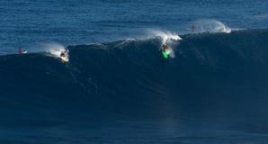 MAUI HAWAII, USA-DECEMBER 10, 2014: Den okända surfaren rider a Royaltyfri Foto