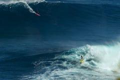 MAUI HAWAII, USA-DECEMBER 10, 2014: Den okända surfaren rider a Arkivbilder