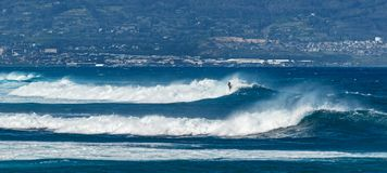 MAUI, HAWAII, USA - 10. DEZEMBER 2013: Surfer reiten Wellen Lizenzfreies Stockbild