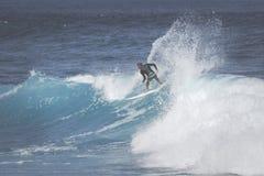 MAUI, HI - 10. MÄRZ 2015: Berufssurfer reitet ein riesiges wav Stockfotos