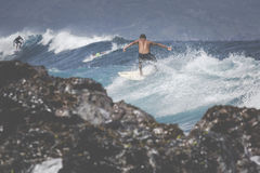 MAUI, HI - 10. MÄRZ 2015: Berufssurfer reitet ein riesiges wav Stockfoto