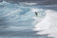 MAUI, HI - 10. MÄRZ 2015: Berufssurfer reitet ein riesiges wav Lizenzfreie Stockfotografie