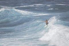 MAUI HI - MARS 10, 2015: Den yrkesmässiga surfaren rider en jätte- wav Royaltyfri Bild