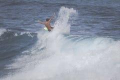 MAUI HI - MARS 10, 2015: Den yrkesmässiga surfaren rider en jätte- wav Royaltyfria Foton