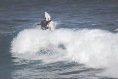 MAUI HI - MARS 10, 2015: Den yrkesmässiga surfaren rider en jätte- wav Royaltyfri Foto