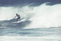 MAUI HI - MARS 10, 2015: Den yrkesmässiga surfaren rider en jätte- wav Arkivbild