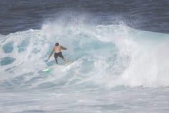 MAUI, HI - 10 MARZO 2015: Il surfista professionista guida un wav gigante Immagini Stock Libere da Diritti