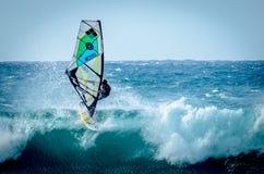 Maui praticante il surfing Immagine Stock