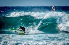Maui praticante il surfing Immagine Stock Libera da Diritti