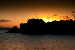 Maui-Sonnenuntergang am schwarzen Felsen stockbilder