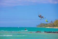 Maui surfare på den Kanaha stranden parkerar Royaltyfri Foto