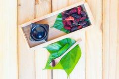 Maulbeere auf Blättern von Thailand Lizenzfreie Stockfotos