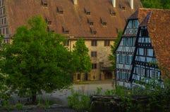 MAULBRONN, NIEMCY - MAI 17, 2015: rzędu Tudor stylu domy przy monasterem są częścią UNESCO światowego dziedzictwa miejsce Obraz Stock