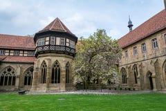 Maulbronn Tyskland - April 14, 2017: Kloster Maulbronn från in Arkivbilder
