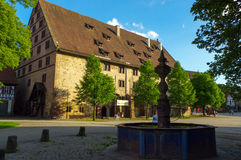 MAULBRONN TYSKLAND - MAI 17, 2015: Tudor stilhus på kloster, del av UNESCOvärldsarvet royaltyfri foto