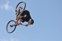 Mauntibayker auf bmx während des Flugs Stockfoto
