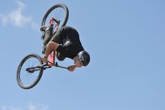 Mauntibayker sur le bmx en vol Photo stock