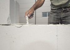 Maurer baut die Wand auf Lizenzfreie Stockbilder