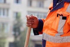 Maurer in den Marktplatz gelegten Pflastersteinen Arbeitskraft steht mit einer Schaufel Lizenzfreie Stockfotos