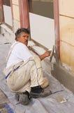 Maurer, der einige Baureparaturen tut Stockfotos