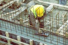 Maurer, der gegossenen Beton mit Kelle 2 planiert Stockfotografie