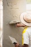 Maurer, der Kelle für das Vergipsen des Betons, um Wand, Co zu errichten verwendet Lizenzfreie Stockfotos