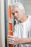 Maurer, der orange Geistniveau verwendet Stockbilder