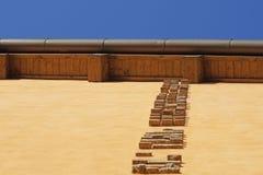 Maurer, der Ziegelsteine auf Baustelle installiert Lizenzfreie Stockfotografie